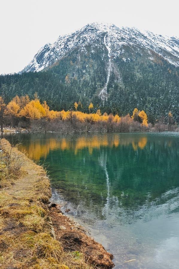 Montaña de la nieve y paisaje de las reflexiones en invierno fotografía de archivo