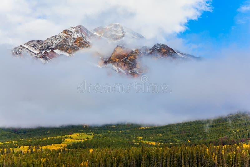 Montaña de la pirámide en niebla de la mañana imagen de archivo