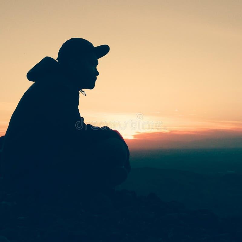 Montaña de la puesta del sol de la silueta imagenes de archivo