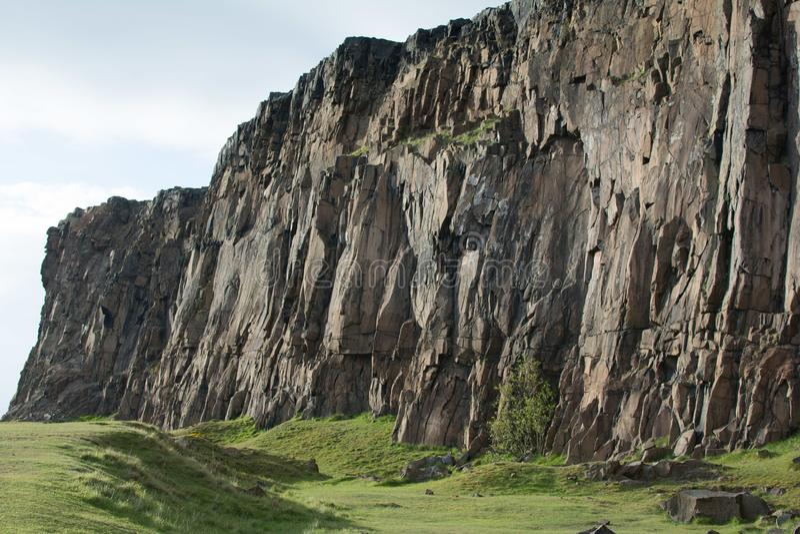 Montaña de la roca con el campo verde imágenes de archivo libres de regalías