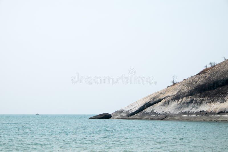Montaña de la roca y océano pacífico fotos de archivo libres de regalías