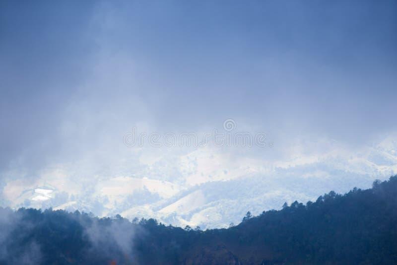 Montaña de la selva tropical con la nube y la niebla foto de archivo libre de regalías