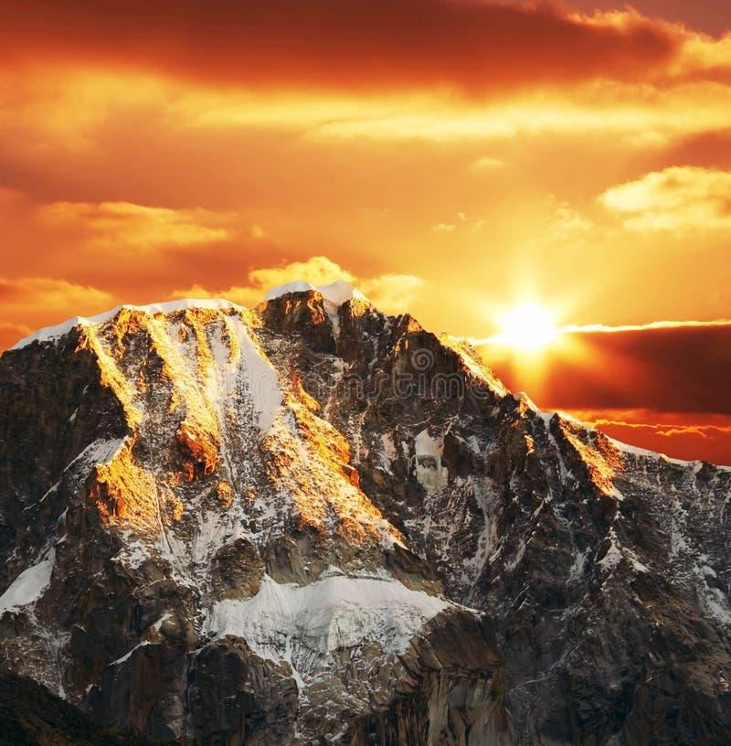 Montaña de las cordilleras en puesta del sol fotografía de archivo