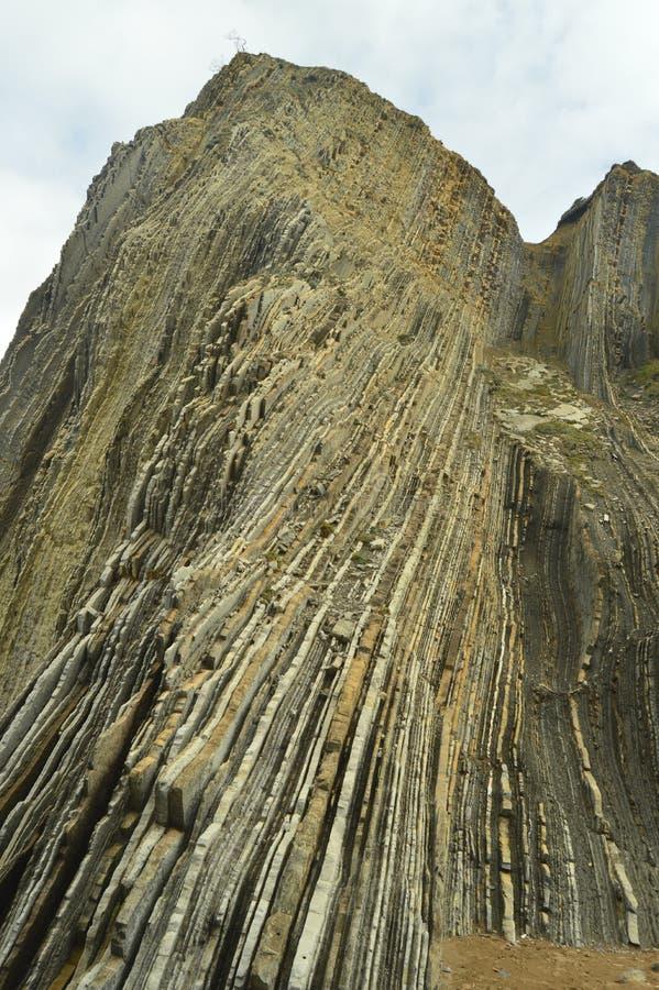 Montaña de las formaciones geológicas del tipo la UNESCO vasca del flysch de la ruta de Geopark Juego filmado de tronos Playa de  foto de archivo libre de regalías