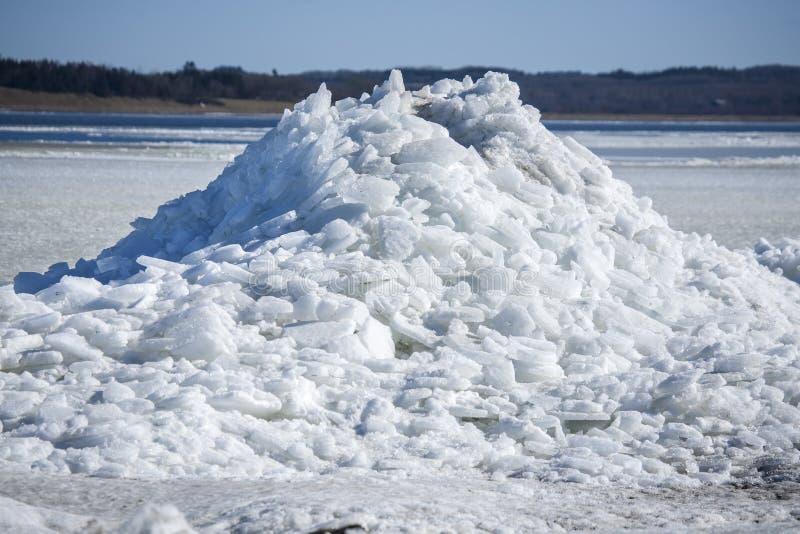 Montaña de los pedazos del hielo del mar en Dinamarca fotos de archivo