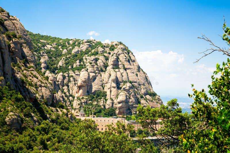 Monta?a de Montserrat, d?a soleado de Catalu?a, Barcelona, Espa?a, cielo azul imágenes de archivo libres de regalías