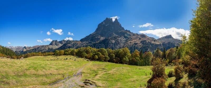 Montaña de Pic du Midi Ossau en el otoño, Francia, los Pirineos imagen de archivo