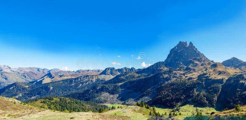 Montaña de Pic du Midi Ossau en el otoño, Francia, los Pirineos imagen de archivo libre de regalías