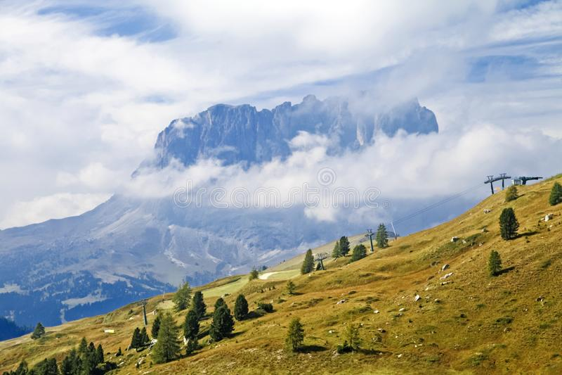 Montaña de Sassolungo en dolomías fotografía de archivo libre de regalías