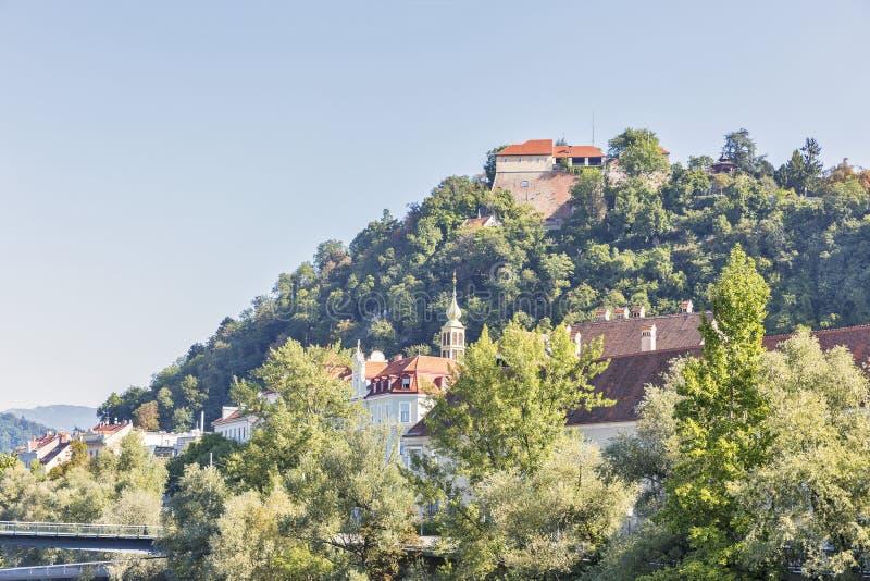 Montaña de Schlossberg o de la colina del castillo en Graz, Austria fotografía de archivo libre de regalías