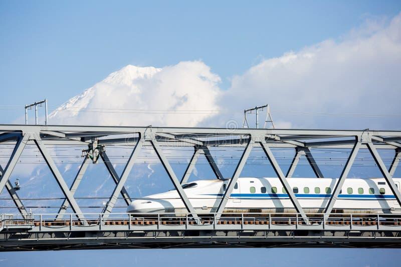 Montaña de Shinkansen y de Fuji foto de archivo
