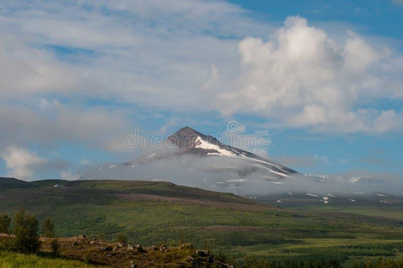 Montaña de Sulur cerca de Akureyri en Islandia del norte foto de archivo libre de regalías