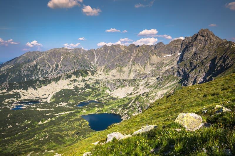 Montaña de Tatra, Polonia, vista al valle Gasienicowa, moun de Swinica imagen de archivo
