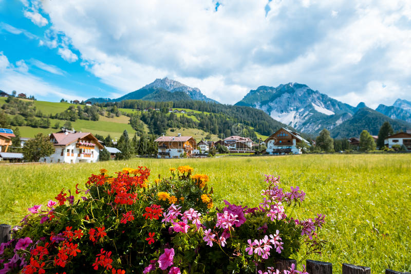 Montaña de Val Gardena South Tirol Dolomiten del pueblo imagen de archivo libre de regalías
