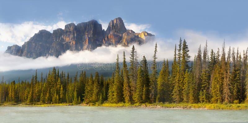 Montaña del castillo en rockies canadienses imagen de archivo libre de regalías