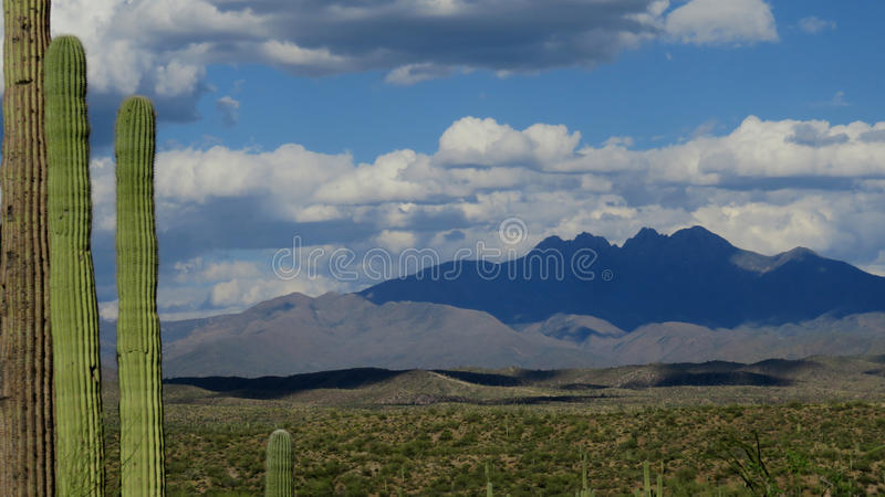 Montaña del desierto de Arizona sombreada por las nubes fotos de archivo