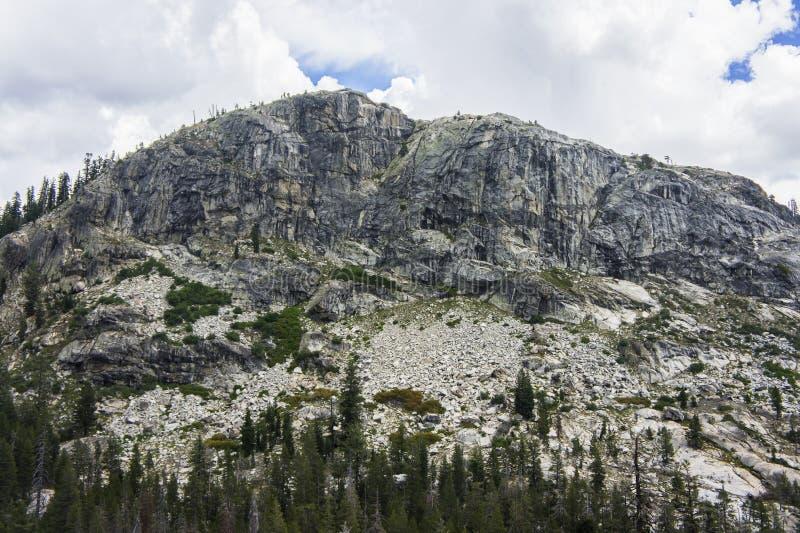Montaña del granito que sube sobre bosque fotos de archivo