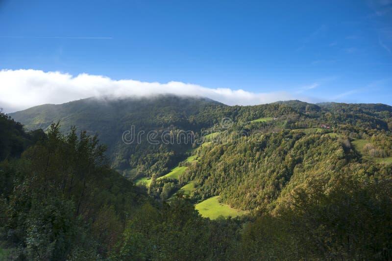 Montaña del otoño por la mañana fotos de archivo