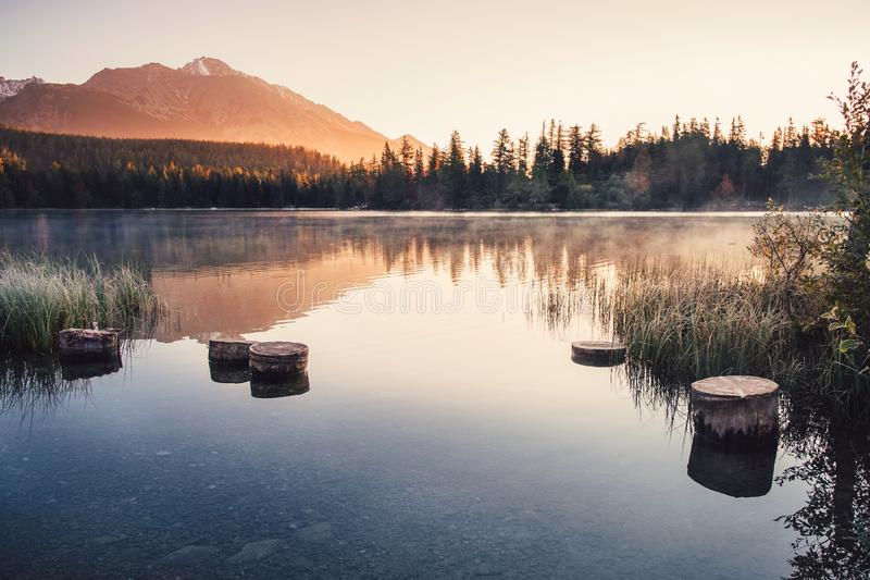 Montaña del otoño y lago strbske pleso en alto Tatras, Eslovaquia imágenes de archivo libres de regalías