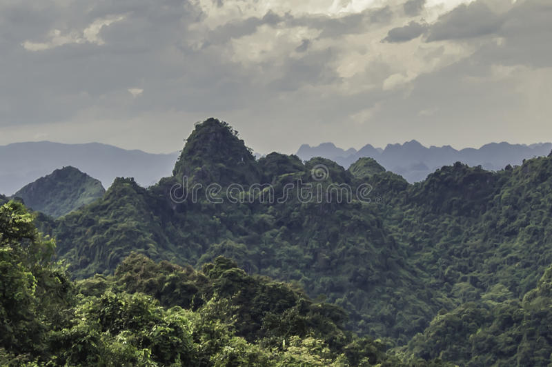 Montaña del templo en Vietnam imágenes de archivo libres de regalías