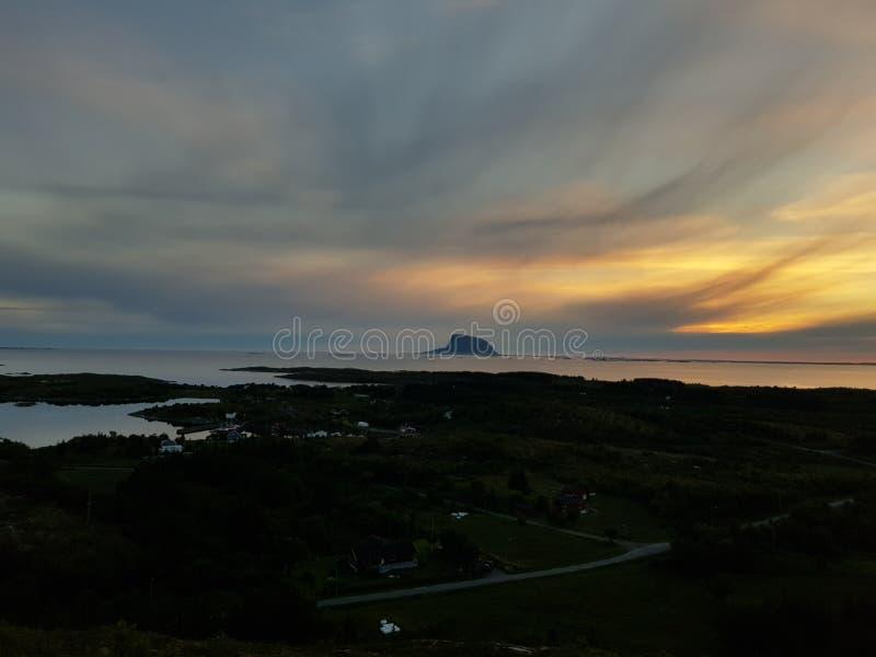 Montaña en el mar fotos de archivo