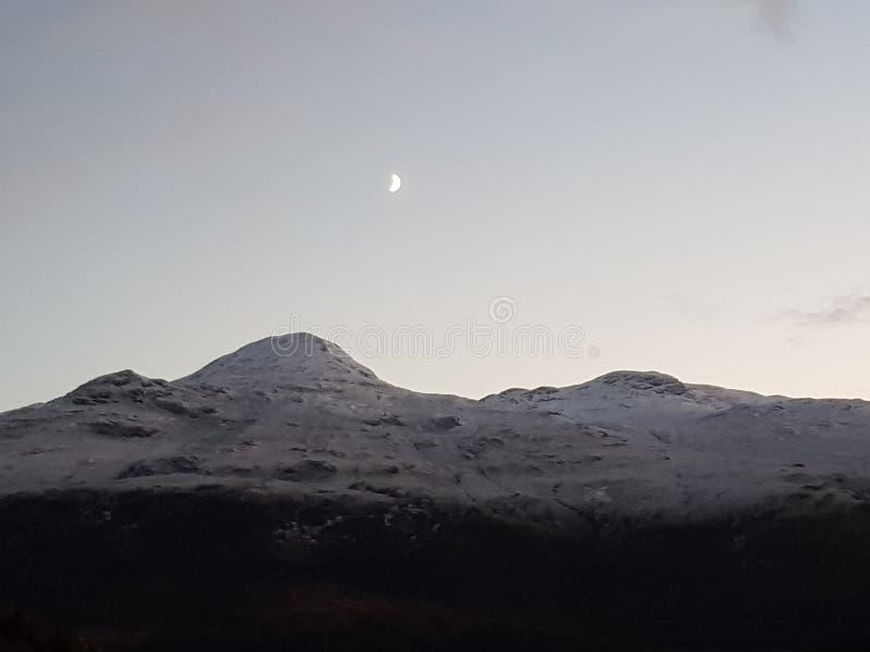 Montaña en la noche imagenes de archivo
