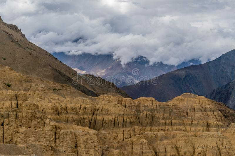 Montaña en Leh Ladakh cerca de la carretera de Srinagar-Leh foto de archivo