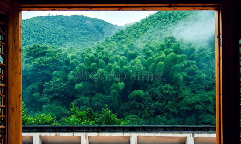 Montaña en lluvia fotos de archivo