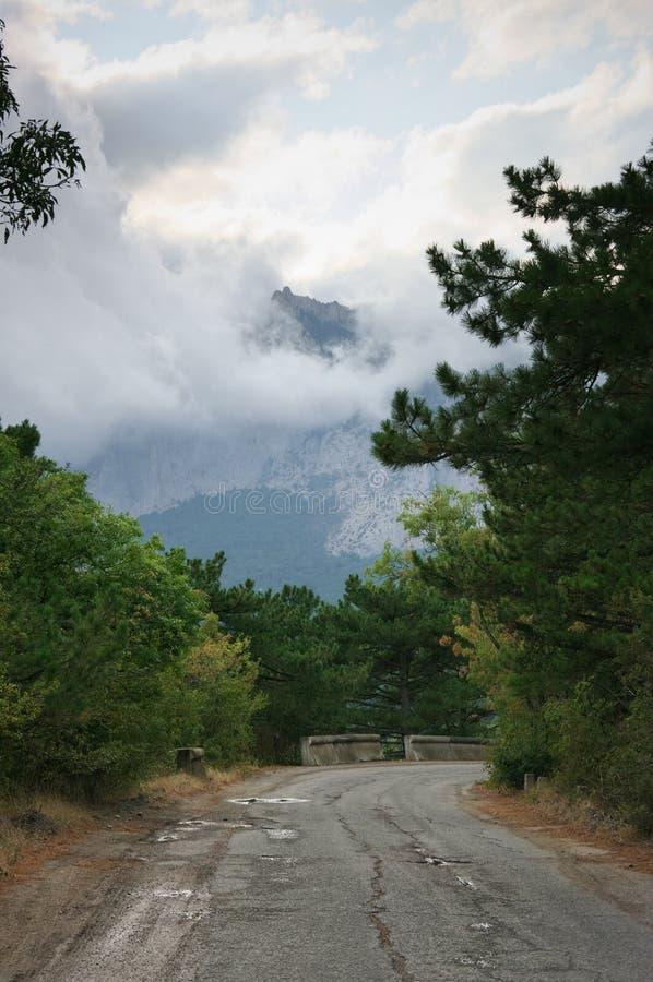 Montaña en niebla densa y nubes fotografía de archivo libre de regalías