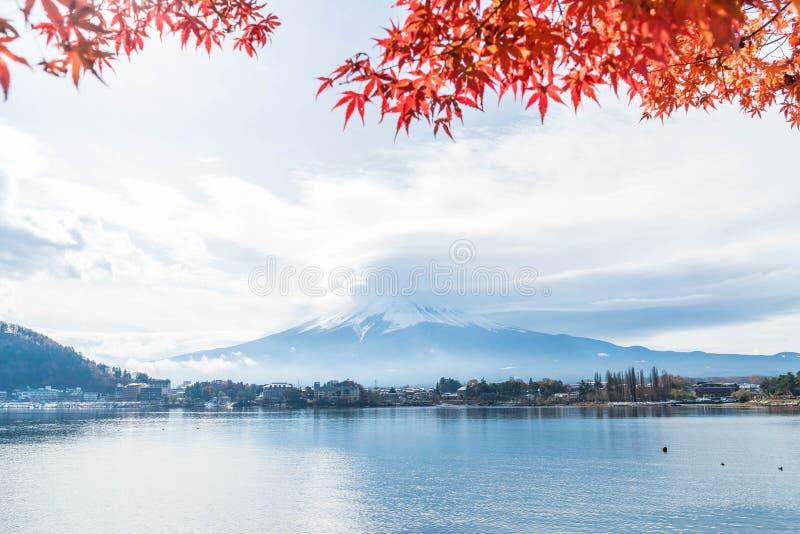 Montaña Fuji San con nublado fotos de archivo
