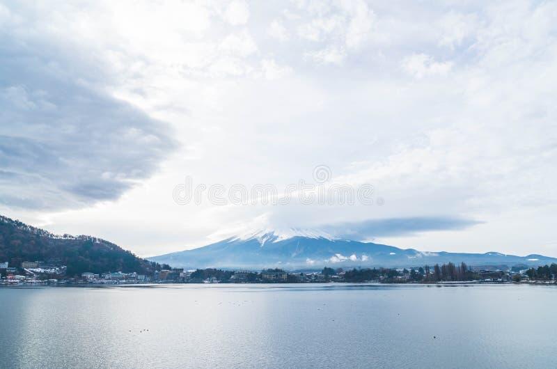 Montaña Fuji San con nublado imagen de archivo