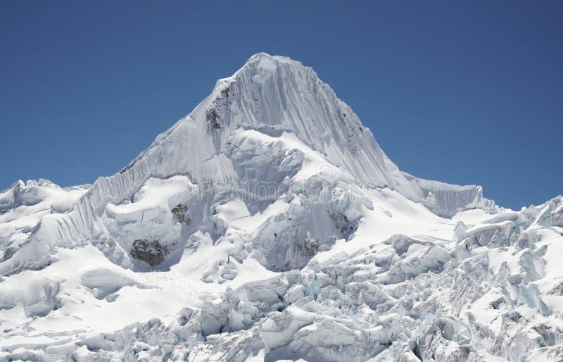 Montaña hermosa Alpamayo imagenes de archivo