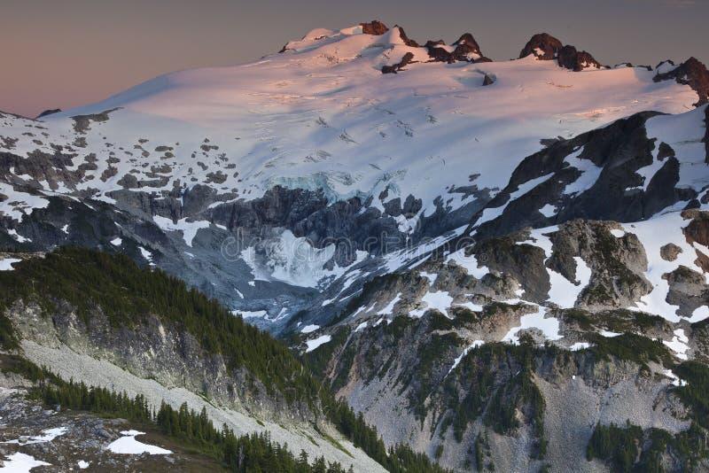 Montaña hermosa de la puesta del sol fotografía de archivo libre de regalías