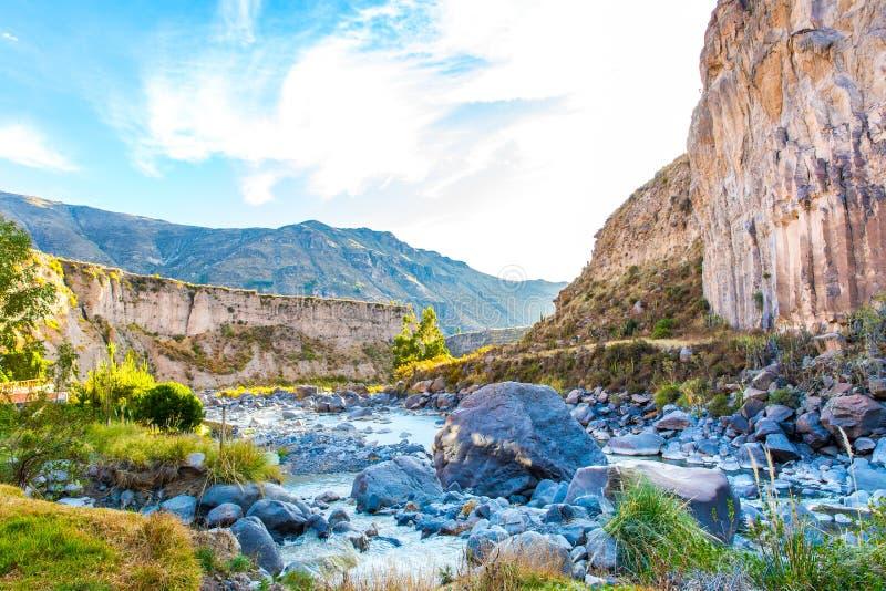 Montaña hermosa en el barranco de Colca, Perú en Suramérica foto de archivo libre de regalías