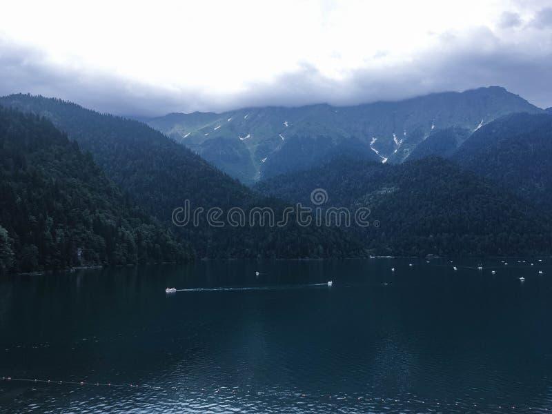 Montaña hermosa en el bosque foto de archivo