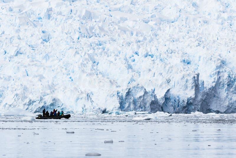 Montaña, hielo y un zodiaco fotografía de archivo