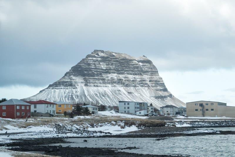 Montaña Kirkjufall en la ciudad de Grundarfjordur costa norte de la península islandesa de Snaefellsnes, Islandia imagenes de archivo
