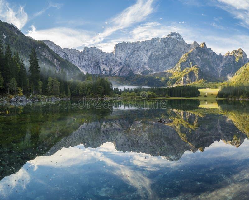 Montaña, lago alpino imagen de archivo libre de regalías