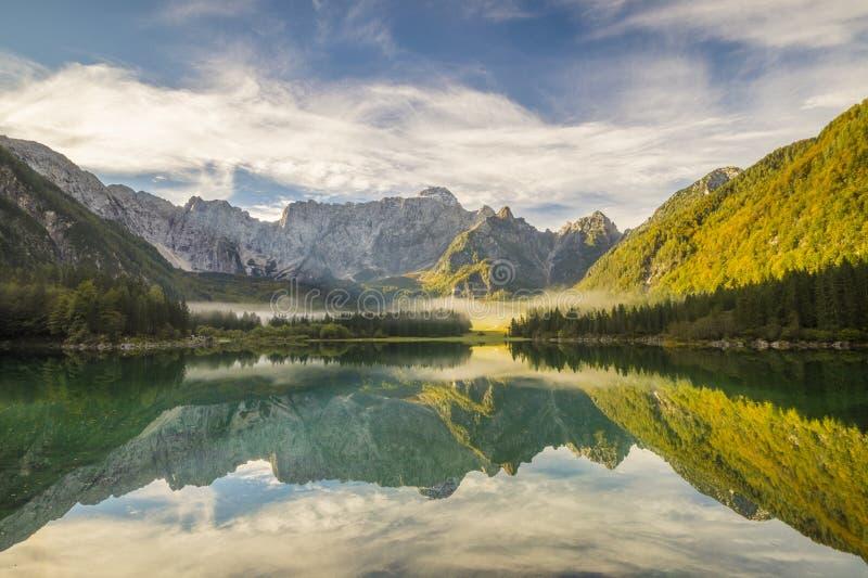 Montaña, lago alpino imagenes de archivo