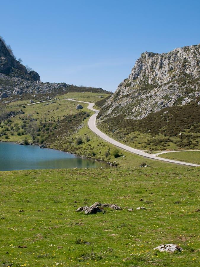 Montaña, lago y camino fotografía de archivo libre de regalías
