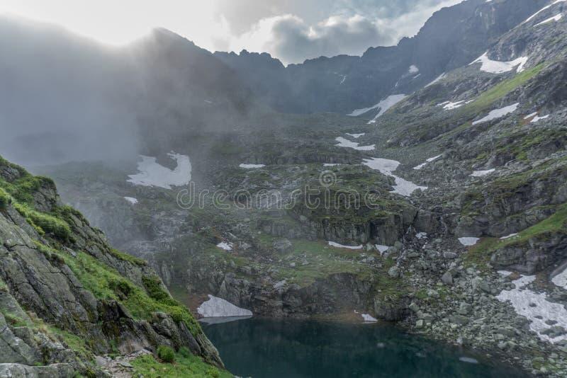 Montaña, lago y cielo nublado en el parque nacional de Tatra imagen de archivo