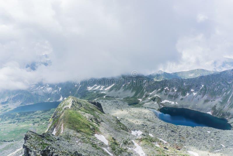 Montaña, lago y cielo nublado en el parque nacional de Tatra imágenes de archivo libres de regalías