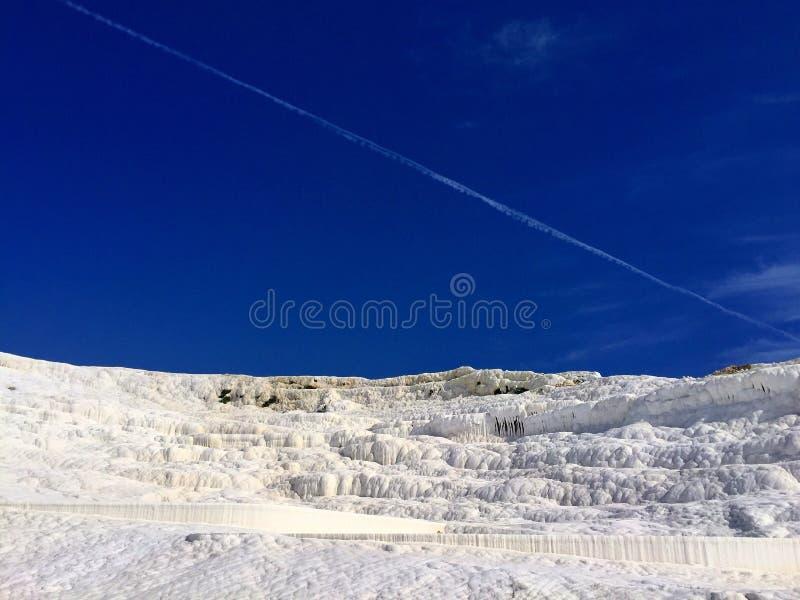 montaña Limpio-blanca de las aguas termales en Pamukkale imagen de archivo libre de regalías
