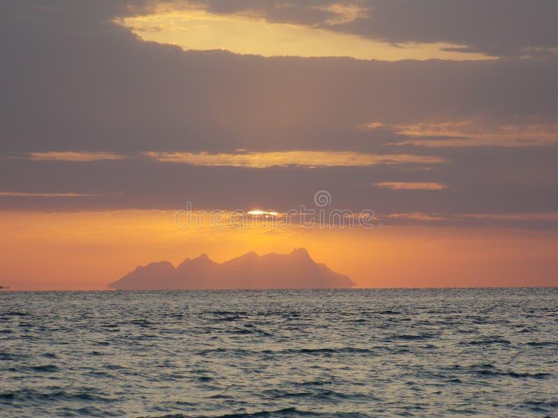 montaña natural del Mar Rojo de la salida del sol imágenes de archivo libres de regalías