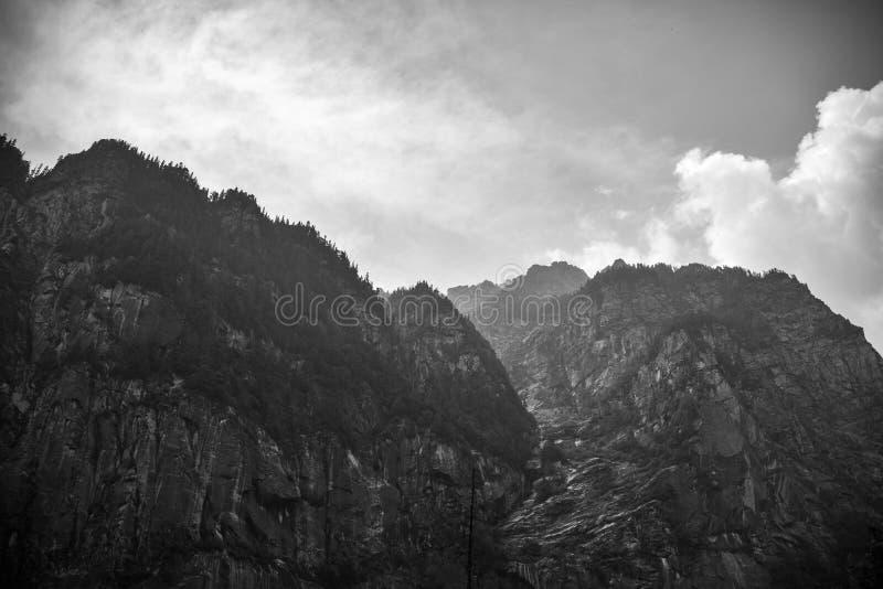 Montaña negra y blanca imagenes de archivo