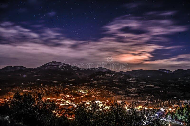 Montaña nocturna imagenes de archivo