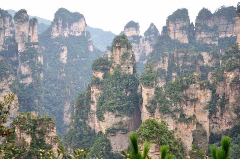 Montaña ofrecida en el ¼ China de Zhangjiajieï imagenes de archivo