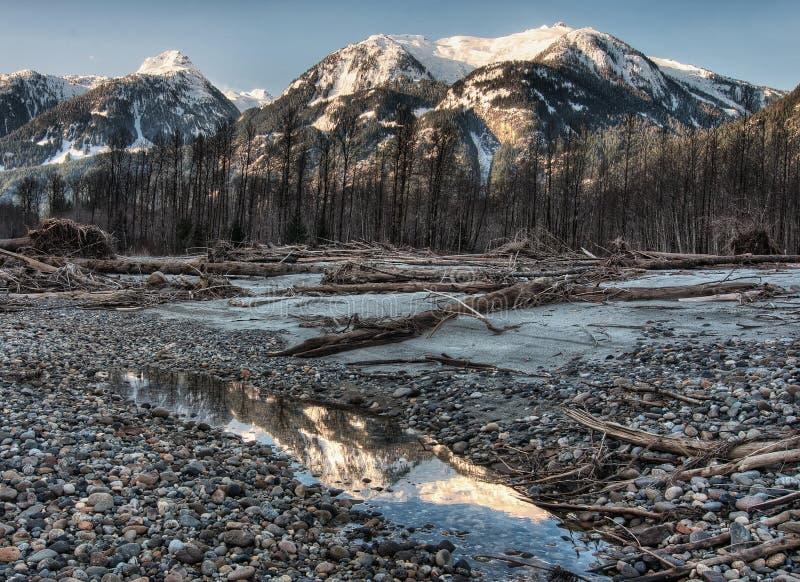 Montaña oscura no saturada Relection de la orilla fotos de archivo