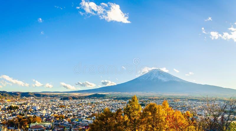 Montaña por la tarde, visión de Fuji desde Chureito, Fujiyoshida, Yamanashi, Japón fotografía de archivo
