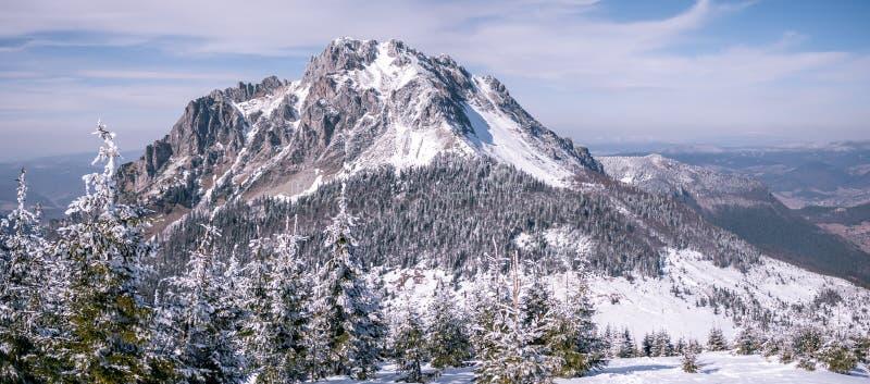 Montaña rocosa con nieve e hielo fotos de archivo